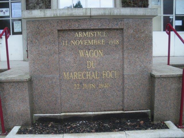 【1-1】記念館の前の碑には、1918年11月11日、1940年6月22日と刻まれている