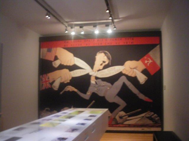 【9】連合軍の国旗がある手に首を絞められるヒトラー