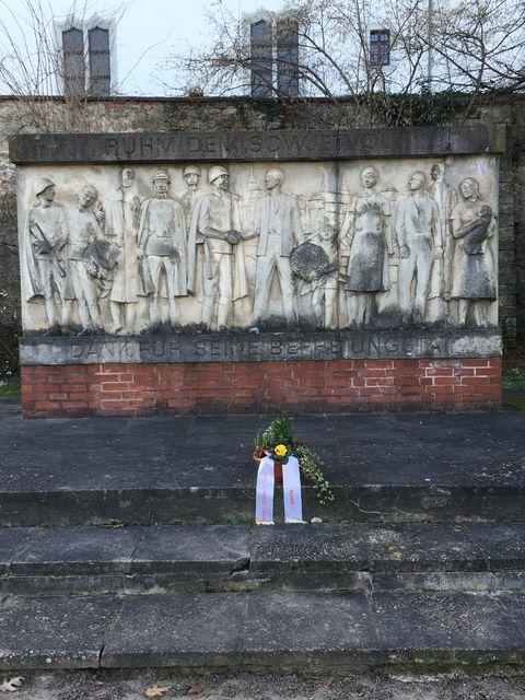 モニュメントの道を挟んだ反対側にもある記念碑