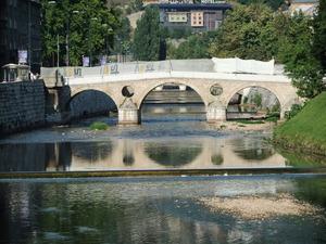 ミリャツカ川に掛かっている橋