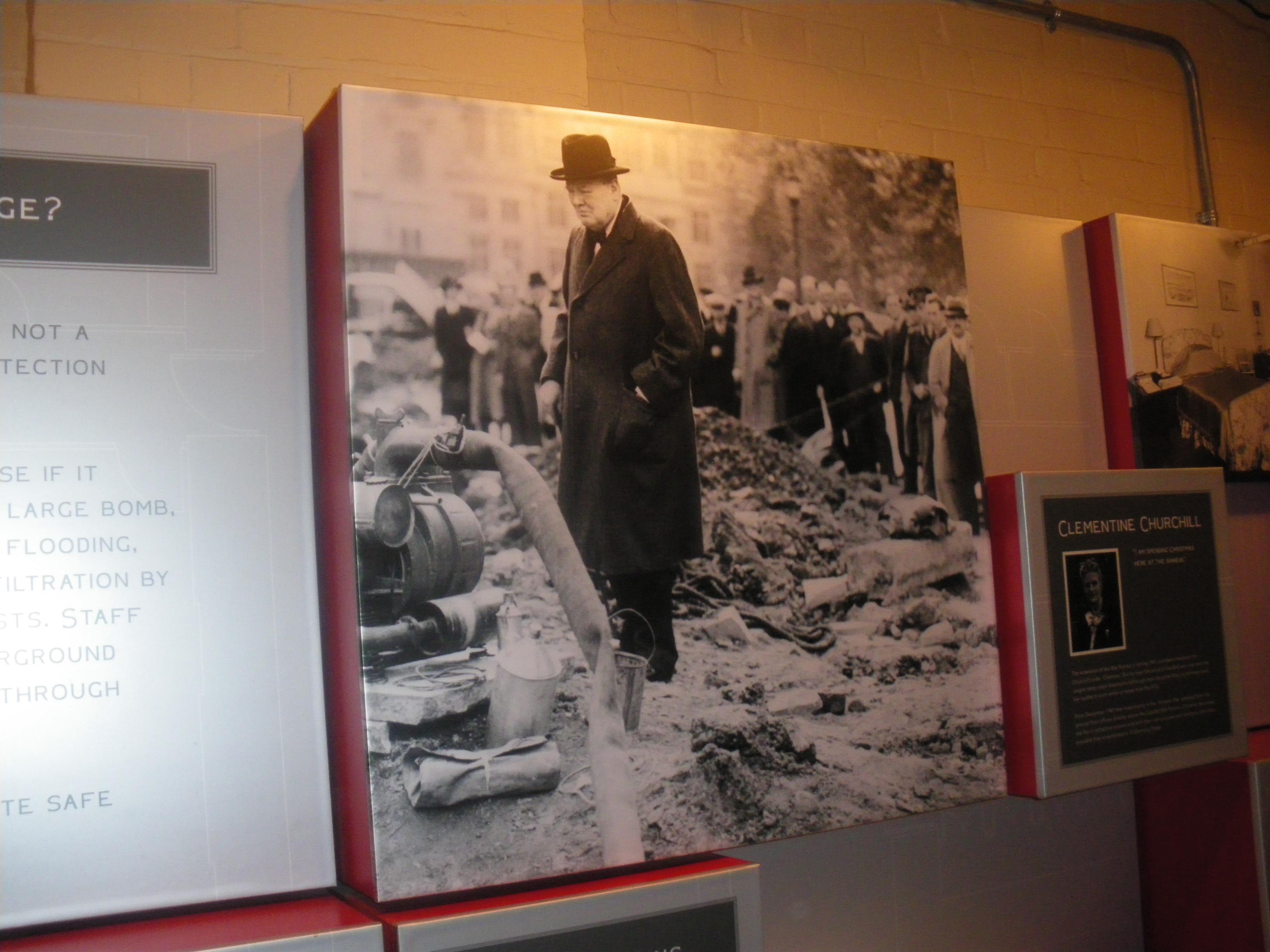 【4】空襲直後のロンドンを視察するチャーチル首相