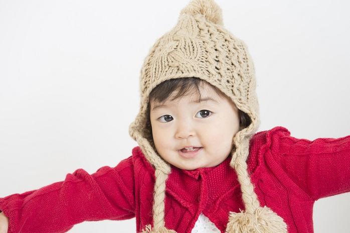 ニットの帽子を被った女の子