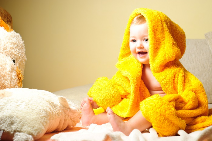 バスタオルを被った赤ちゃん