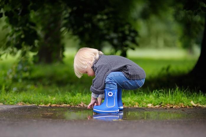 青い長靴をはいた男の子