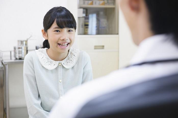 医師の問診を受ける女の子