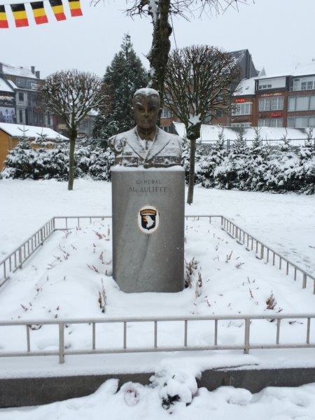 【3】アンソニー・マコーリフ将軍の像