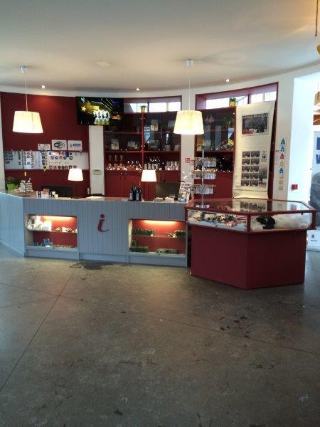 【5】バストーニュの観光案内所の内部