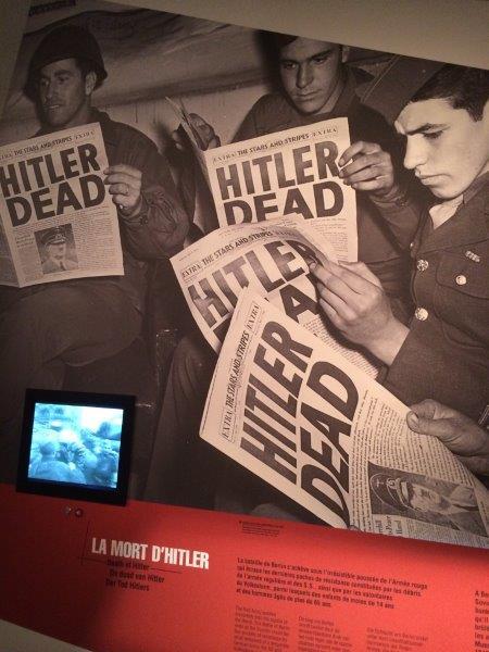【22】ヒトラーの自殺を伝える新聞を読む連合軍兵士