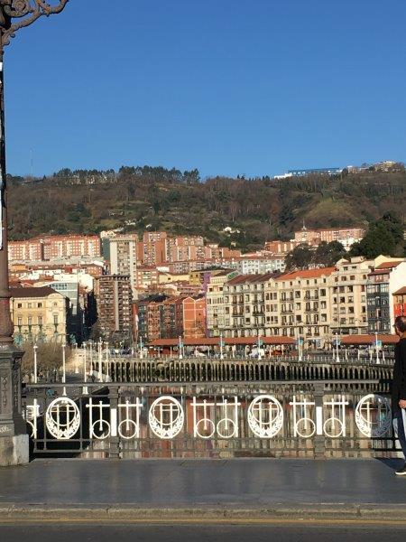 【2】アバンド駅と旧市街の間に架かる橋の風景