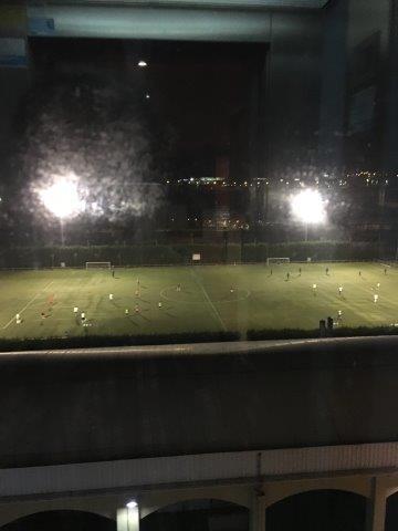 【28】寒い中、ナイター設備のあるグランドでサッカーを練習する子供たち