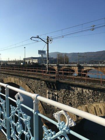 【14】フランス(右側)、スペイン国境(左側)のビダソア川にかかる鉄橋。