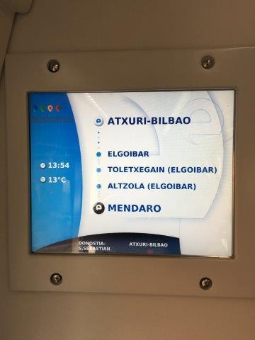 【9】バスク鉄道車内の3つ先の駅と終着駅を表示する案内