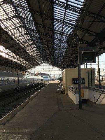【3】3番線ホームより2番線ホームに入線するフランス新幹線TGV