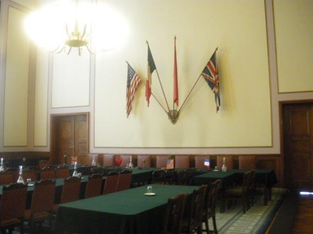 【5】3国の国旗が掲げられているホール