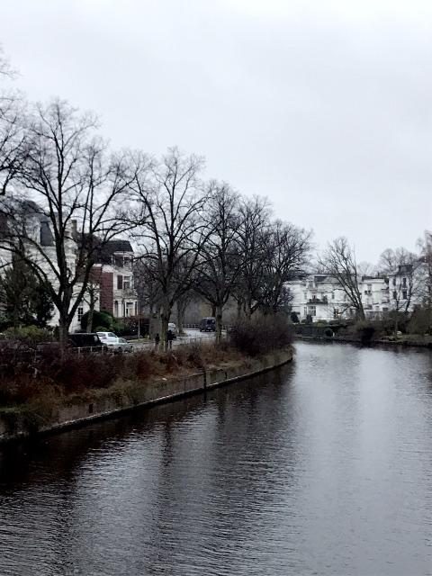 公邸近くの川