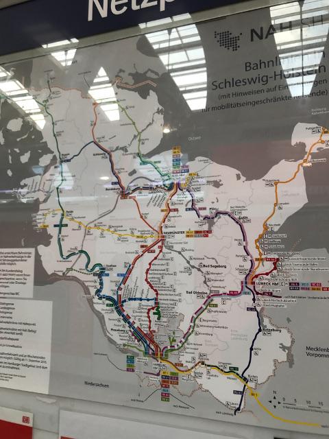 シュレースヴィヒ=ホルシュタイン州の地図。上の幹線が集まっている所がキール、下がハンブルク