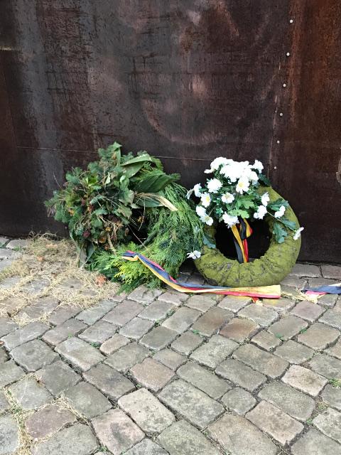 記念碑にある水兵の連想させる浮輪をモチーフにした献花