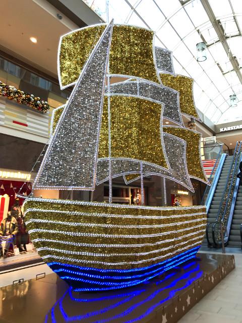 ショッピングモールの中にある船の模型