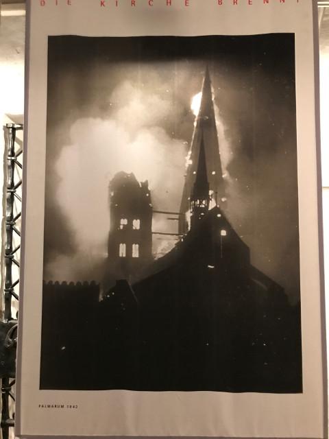 空襲され炎上する聖マリア教会