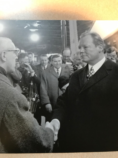 当時東ドイツだったエアフルトで、ブラントを迎える東ドイツの政治家ヴィリー・シュトフ