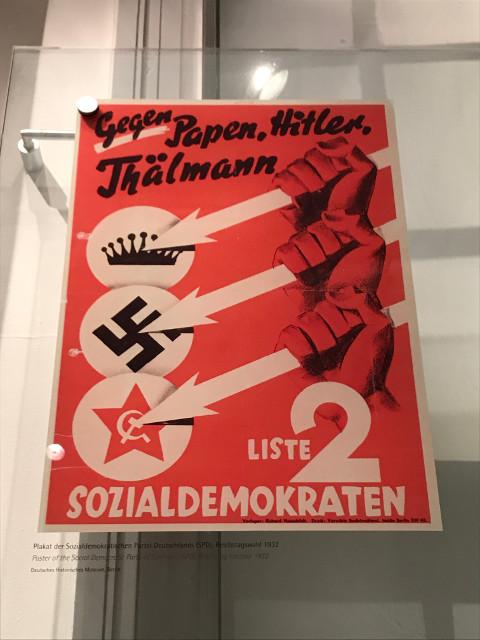 社会民主党のポスター。王政(上)、ナチス(中)、ソビエト(下)の打倒を表現