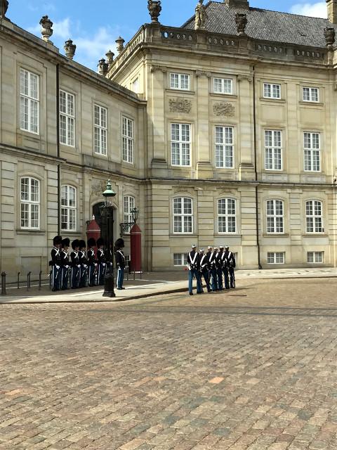 首都コペンハーゲンの衛兵の交代式