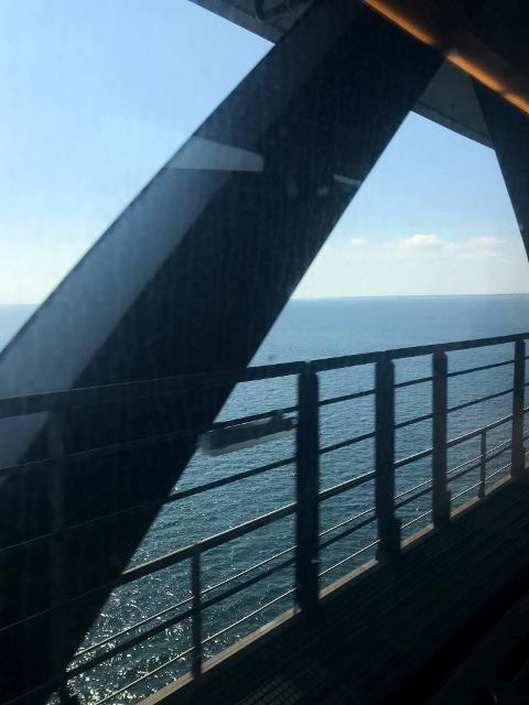 車窓から見えるオーレスン海峡