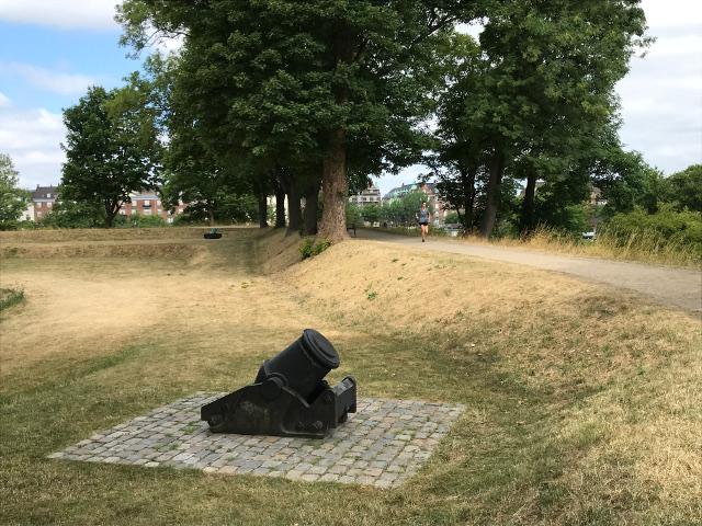 砲台跡の近くをランニングするコペンハーゲン市民