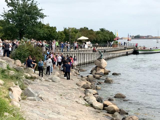 観光客で賑わうコペンハーゲン港に浮かぶ人魚の像