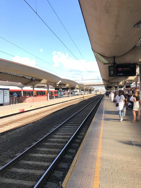 オスロ中央駅。映画では列車に乗り込む国王一家に礼をする乗客の姿がある