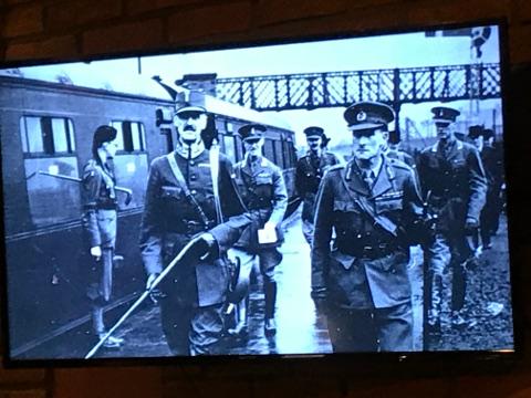 ハーマル駅に到着したホーコン七世。映画では途中で列車が空襲されそうになるシーンがある