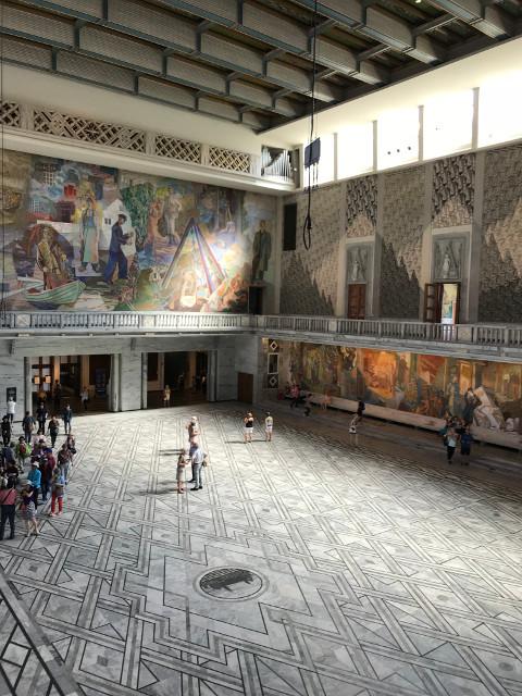 大広間と油絵
