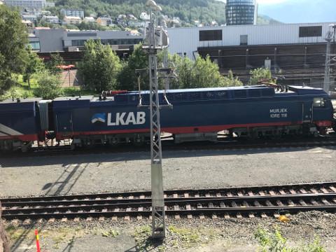 牽引するディーゼル。LKABはスウェーデンの鉄鉱石発掘会社