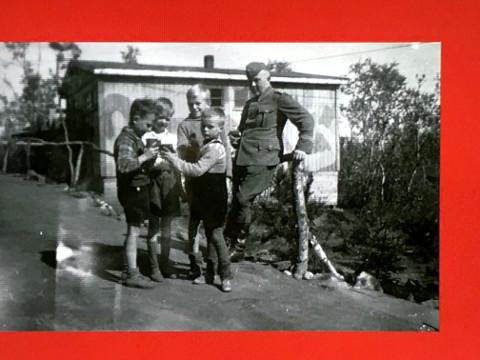 ドイツ軍の兵士と戯れるノルウェー人の若い女性たち