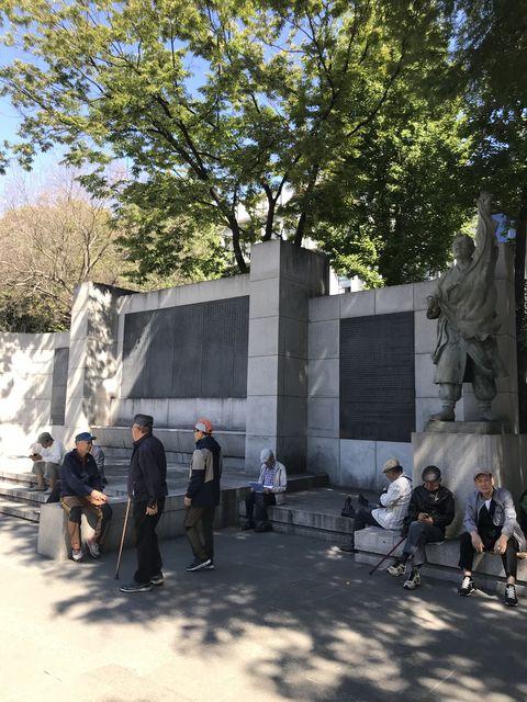 独立記念レリーフの前も地元の老人の方々が休日のひと時を過ごしている