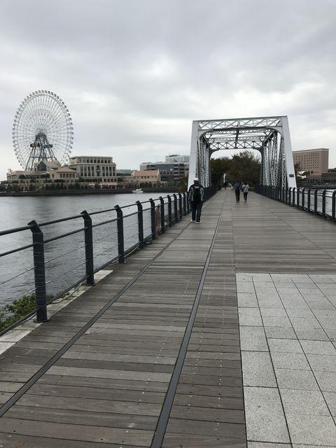 桜木町駅から汽車道を通っていく