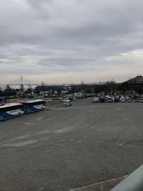 左は横浜港駅跡、右は赤レンガ倉庫