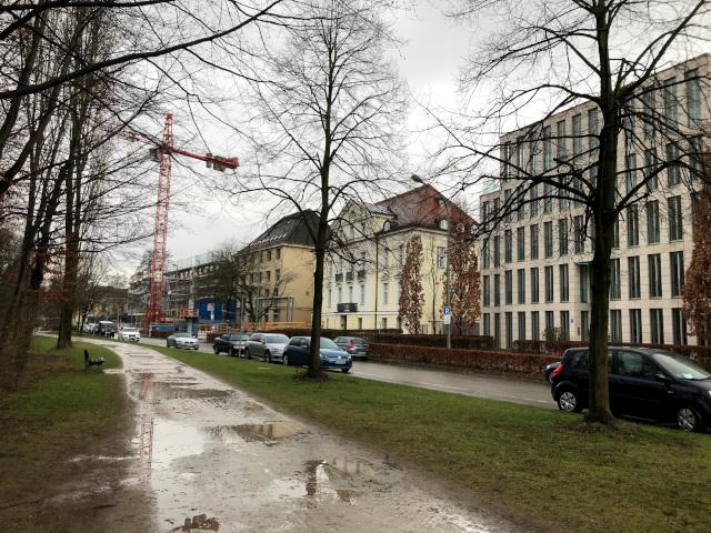 ケーニギン通りを挟んだ全景。通り沿いにはユニティがミュンヘン初めて住んだ家もあった
