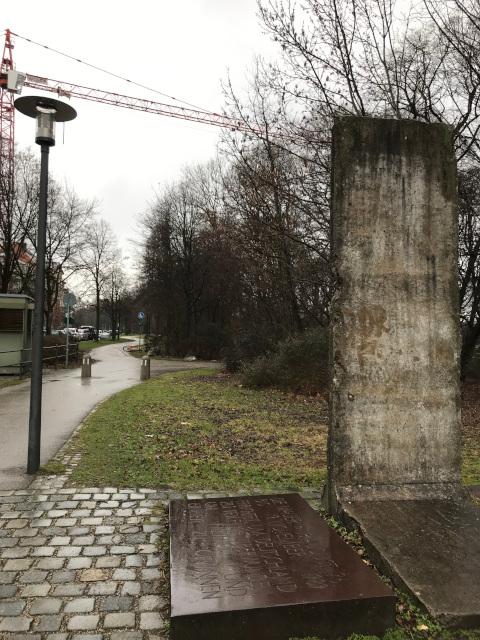 近くにはベルリンの壁のモニュメントもある。