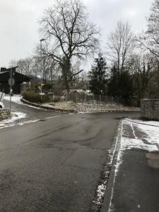 ロンメル邸の前の道(右側がロンメル邸)。4人を乗せた車が出発した