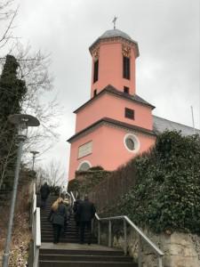 ピンク色が目印になる教会