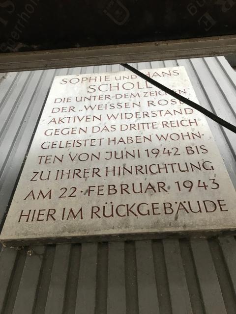 白バラのショル兄妹が住んでいた旨を記す碑が飾られている