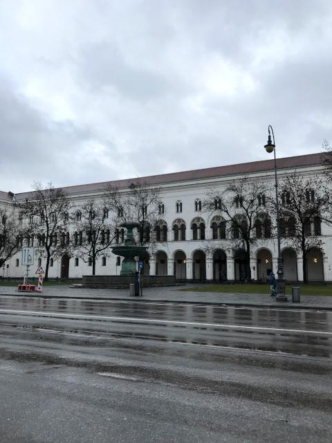 ミュンヘン大学の本館とショル兄妹広場