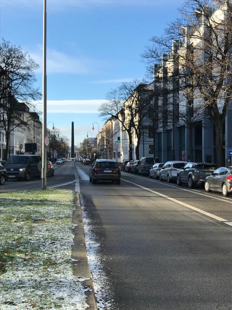 ゲシュタポの本部前のブルエナー通り。奥にはオベリスク