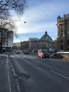 マクシミリアン広場から見た司法宮殿