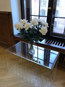 窓に飾られている白いバラ