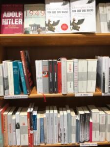 ドイツの本屋にもヒトラー関連の本がたくさんある