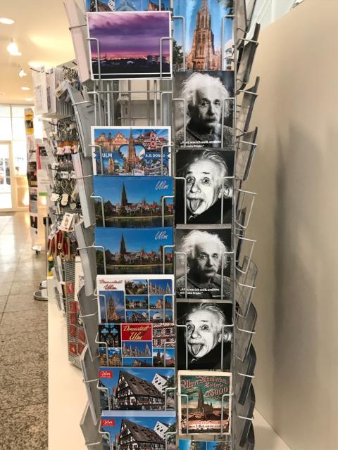観光案内所のアインシュタインの絵ハガキ