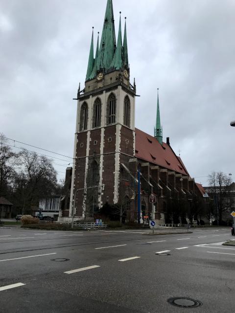 オルガ通りのカトリック教会。この建物がショル家の目印