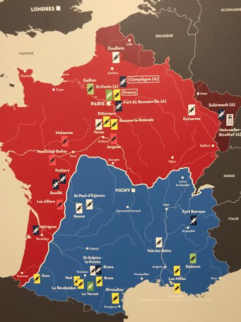 赤が占領地域、青が非占領地域、エンジ色がドイツへ割譲された地域